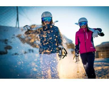 Kobieta na nartach – jak dobrać odpowiednie narty damskie?
